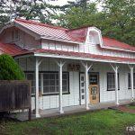 津軽鉄道・芦野公園駅、マンサード屋根が特徴的な木造の旧駅舎