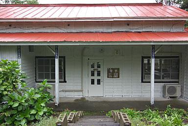 津軽鉄道・芦野公園駅、木造の旧駅舎は「喫茶・駅舎」として再利用