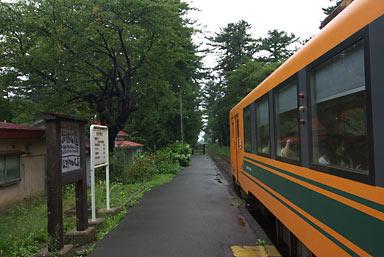 津軽鉄道・芦野公園駅に入線した列車