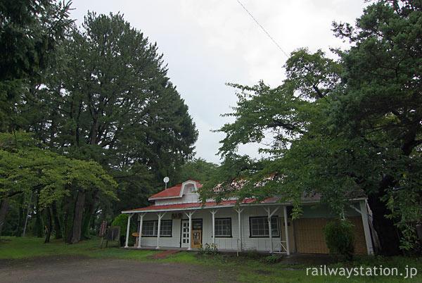 津軽鉄道・芦野公園駅、森の中に佇むかのような木造駅舎