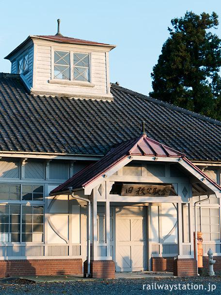 秩父鉄道、移築された旧秩父駅舎、塔屋や半切妻の車寄せ