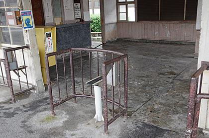 広島電鉄宮島線・広電廿日市駅、鉄パイプの改札口跡