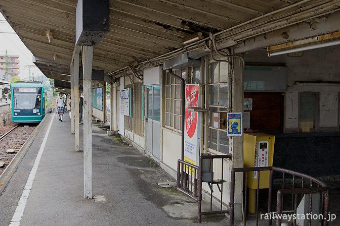 レトロな木造駅舎・広電廿日市駅、グリーンムーバーが入線