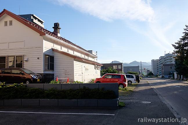 定山渓鉄道・石切山駅跡ホーム側、廃線跡は道路に転用