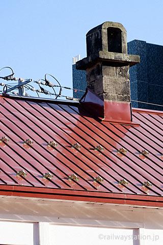 定山渓鉄道・石切山駅の旧駅舎、屋根の石造りの煙突。