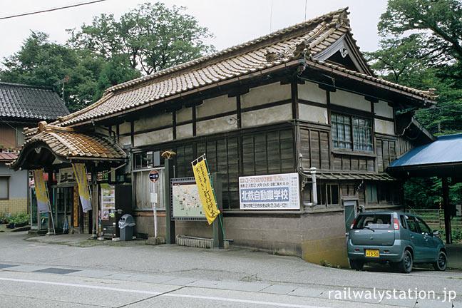 北陸鉄道・石川線・加賀一の宮駅、中二階付きの2階建てのような木造駅舎