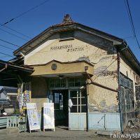 上田電鉄、傷みが激しい中塩田駅の木造駅舎(2004年)