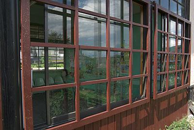 上田電鉄・別所線・中塩田駅の木造駅舎、サッシ窓を覆う木の柵