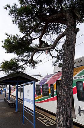アルピコ交通・新村駅、旧京王車の3000系電車の塗装が映えるホーム