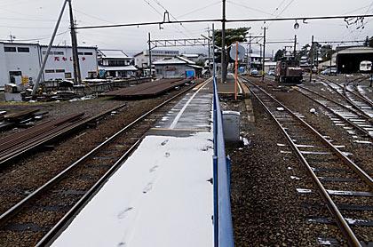 アルピコ交通(松本電鉄)・新村駅、車庫もある広い駅構内