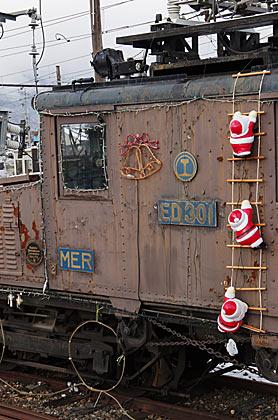 アルピコ交通、クリスマス装飾のED30形電気機関車、新村駅構内に静態保存