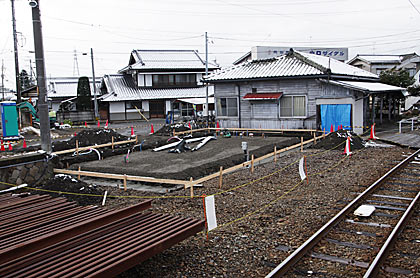 アルピコ交通・新村駅、木造駅舎の横では新駅舎の工事中
