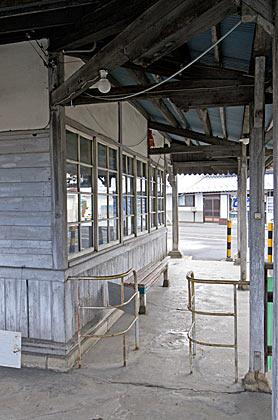 アルピコ交通・新村駅、駅舎外の降車用改札口