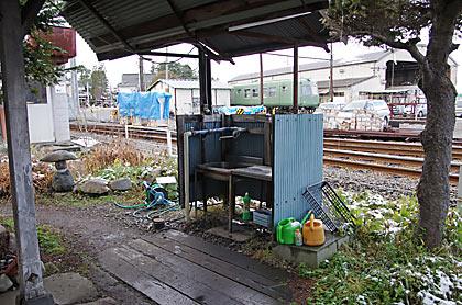 アルピコ交通上高地線・新村駅、構内片隅の水場
