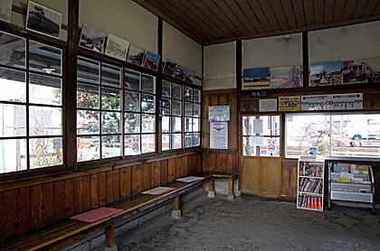 アルピコ交通・新村駅の木造駅舎、昔のままの待合室