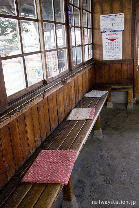 アルピコ交通・新村駅の木造駅舎、木のままの窓枠や造り付けのベンチ
