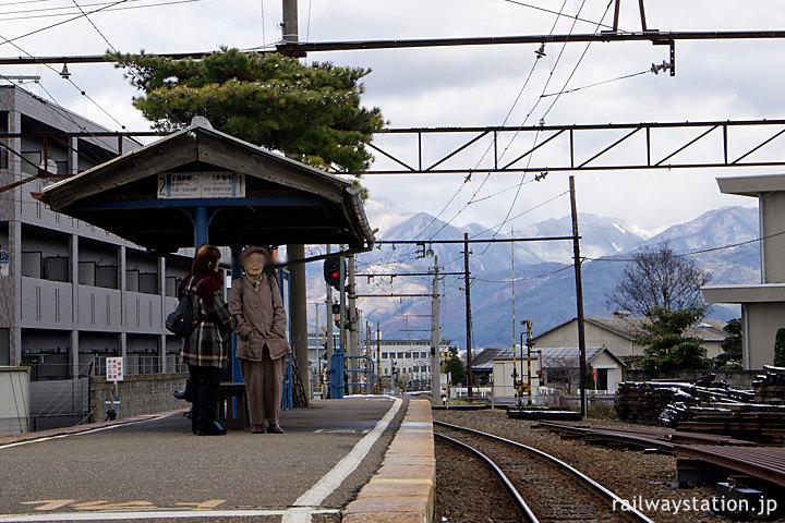 アルピコ交通上高地線・新村駅、信州の山々の眺めが素晴らしいプラットホーム