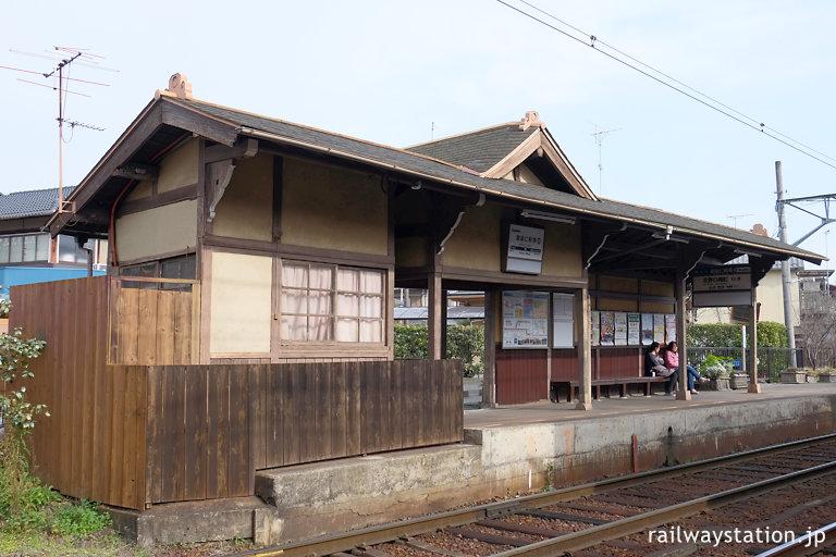 京福電鉄・御室仁和寺駅、簡素ながら趣ある和風木造駅舎