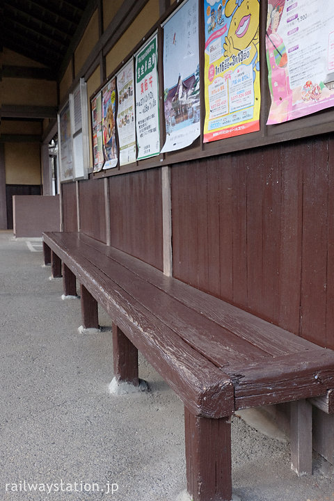 京福電鉄北野線・御室仁和寺駅、ホーム側の造り付け木製ベンチ