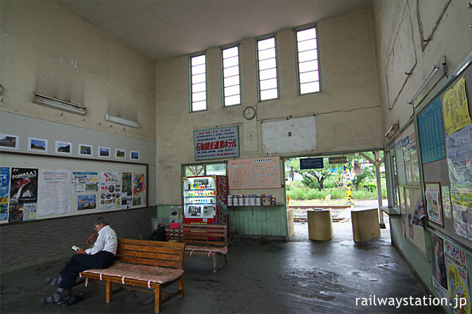 富士急行・下吉田駅の駅舎、天井が高く広々とした待合室
