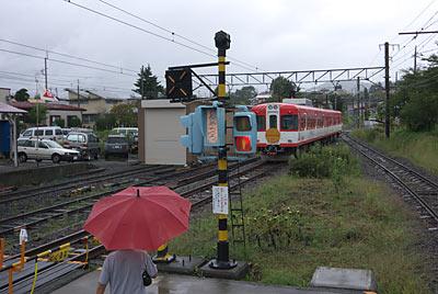 富士急行・下吉田駅に進入する元京王車の1200形電車