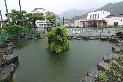 富士急行・下吉田駅、駅前に造園された巨大な池庭