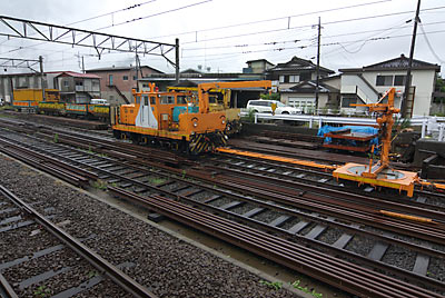 富士急行・下吉田駅、側線。レールが作業用車両が置かれる