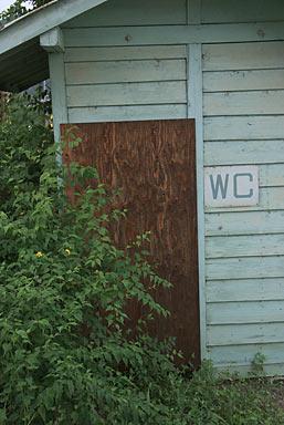 上田電鉄・別所線・八木沢駅、閉鎖された木造の古いトイレ