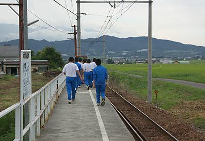 上田電鉄・別所線・八木沢駅、ランニングに来た地元の学生