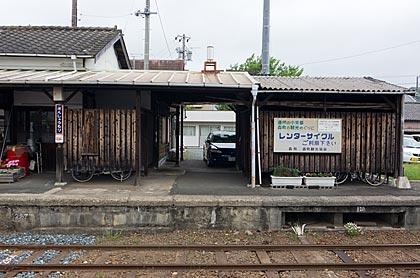 天竜浜名湖鉄道・遠州森駅、1番ホームの倉庫