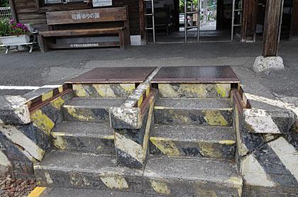 天浜線・遠州森駅1番ホーム、フタ付きの構内通路階段