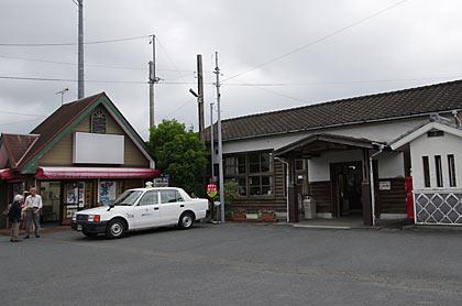 天浜線・遠州森駅、木造駅舎と駅前の建物