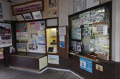 天竜浜名湖鉄道・遠州森駅の木造駅舎、出札口と手小荷物窓口跡