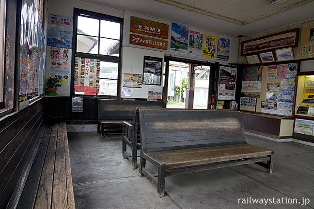 天竜浜名湖鉄道・遠州森駅の木造駅舎、木のベンチが味わい深い待合室