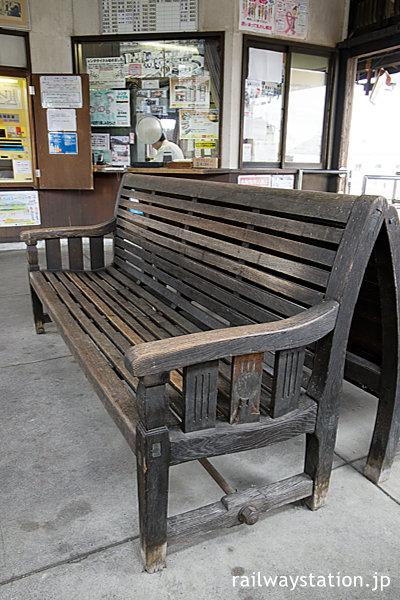 天浜線・遠州森駅、待合室の古い木製ベンチ