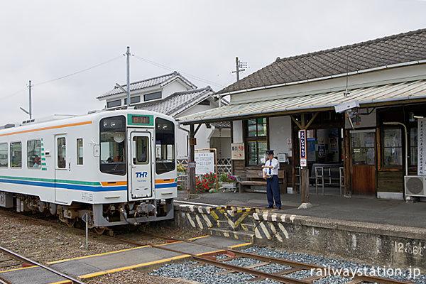 天竜浜名湖鉄道・遠州森駅、列車を見守る駅員さん