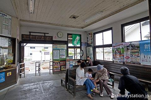 天浜線・遠州森駅、人々で賑わうレトロな待合室