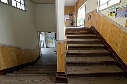 天竜浜名湖鉄道・尾奈駅の木造駅舎、階段