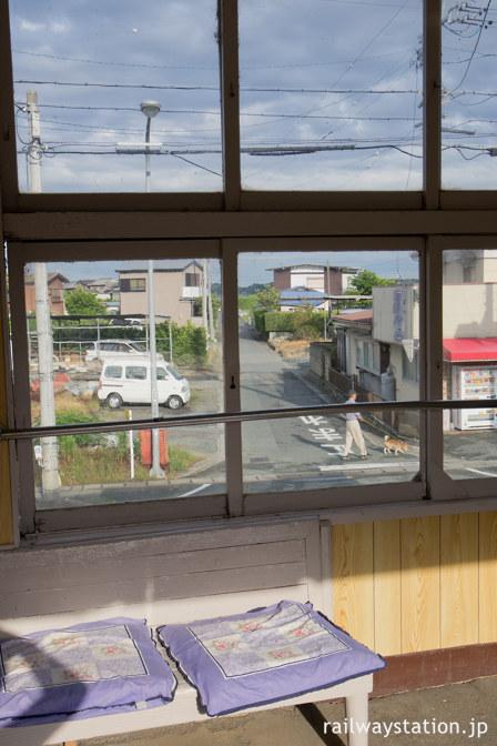 天浜線・尾奈駅の待合室から見た駅前、奥には浜名湖が…