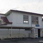 天竜浜名湖鉄道・尾奈駅の木造駅舎、階段がある側面