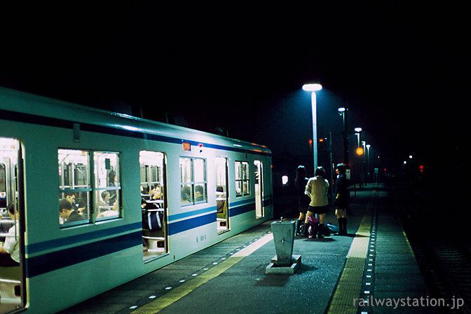 東武鉄道伊勢崎線・剛志駅プラットホーム、下校途中の高校生