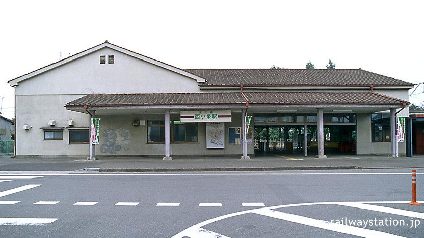 東武鉄道・小泉線の終着駅、西小泉駅の威風堂々たる駅舎