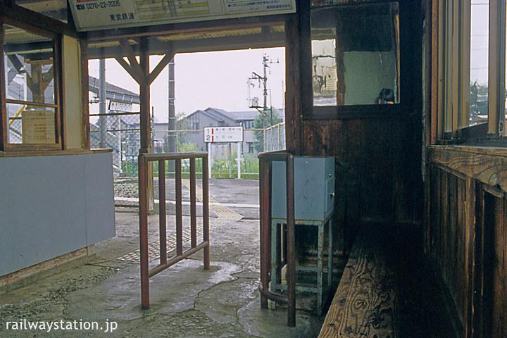 東武鉄道小泉線・竜舞駅の木造駅舎、ノスタルジックな待合室