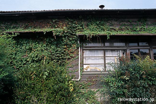 東武鉄道・小泉線・篠塚駅、木造駅舎に絡みついた蔦