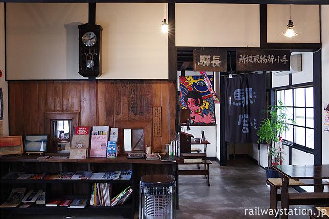 津軽鉄道・芦野公園駅旧駅舎、喫茶店「駅舎」店内の窓口跡