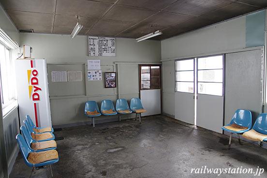 津軽鉄道・大沢内駅の木造駅舎、待合室