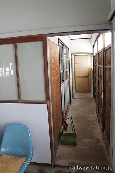 津軽鉄道・大沢内駅の木造駅舎、トイレへの通路