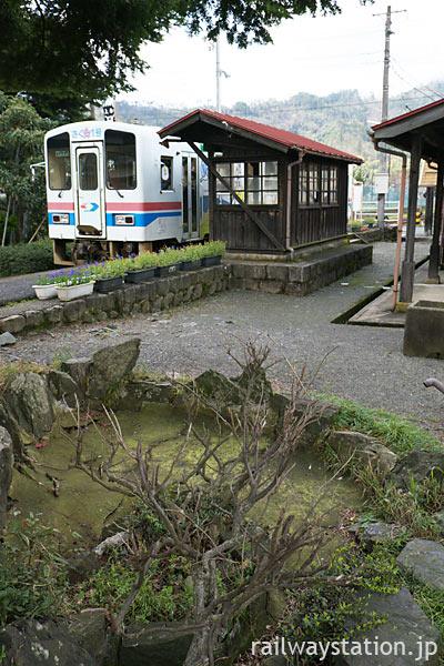 若桜鉄道・安部駅に入線した列車と駅構内に残る枯れた池のある庭園跡