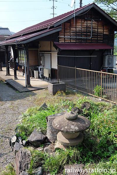 若桜鉄道・安部駅構内の枯池の灯篭と木造駅舎