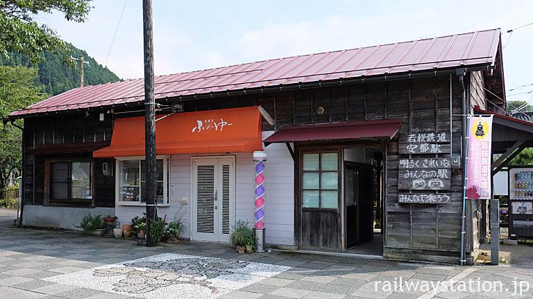 若桜鉄道・安部駅、登録有形文化財となった木造駅舎には理髪店が入居。